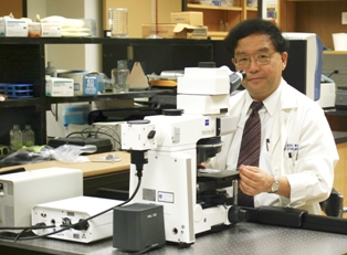 Sam Wu, PhD, imaging retinal sections in preparation for electrophysiological recordings from mutant and diseased retinal neurons
